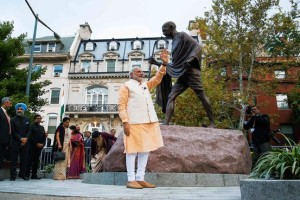 Modi with Gandhi Statue_WSJ_2014-10-01